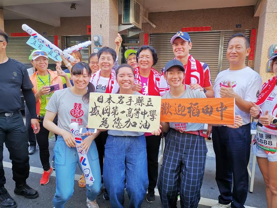 現場除了豐富的補給品,還有遠自日本岩手縣立盛岡第一高等中學的學生,為了感謝台灣時常伸出援手幫助日本,特別到台灣幫選手加油。(吳建輝攝)