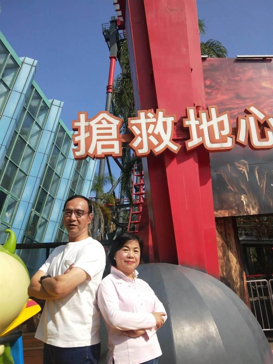 前新北市長朱立倫今天跟台中市副市長楊瓊瓔,一起到麗寶樂園挑戰斷軌列車。(陳淑娥攝)