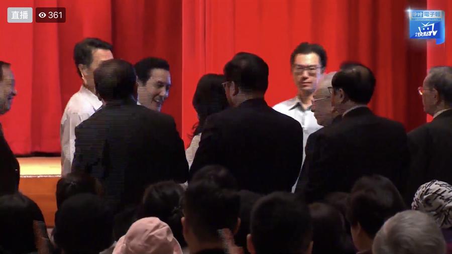 前總統馬英九和國民黨總統參選人韓國瑜妻子李佳芬短暫握手。(翻攝自中時電子報)