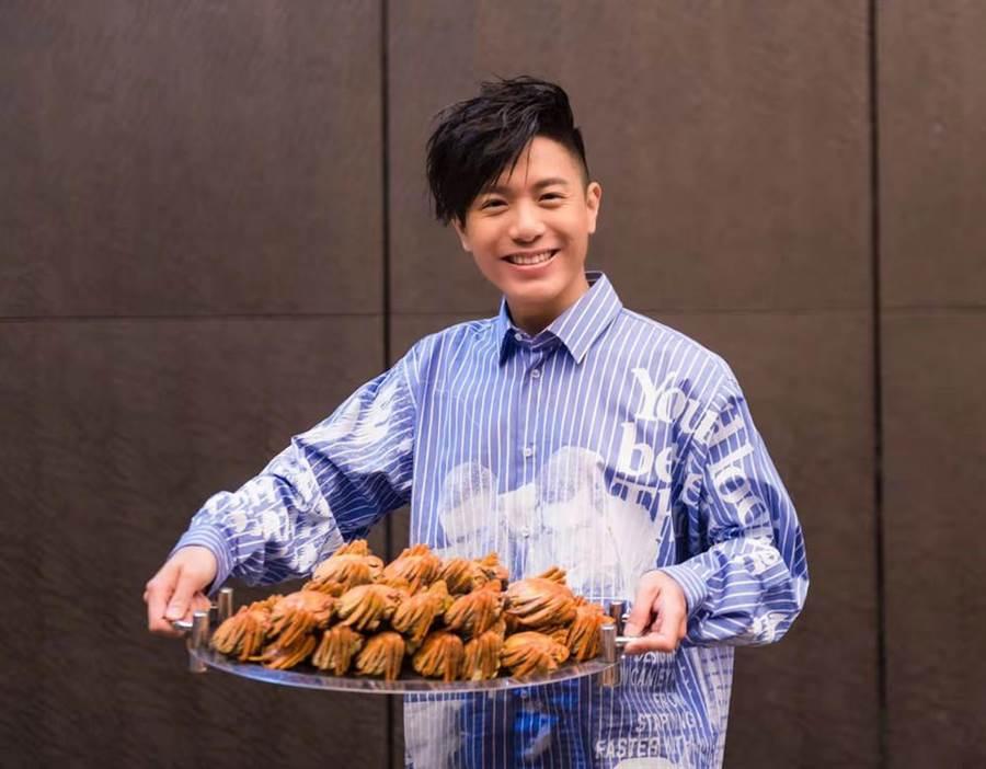 韋禮安9日出席慶功宴,開心品嚐大閘蟹。(IMC提供)