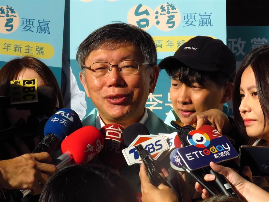 柯文哲今天上午陪台灣民眾黨立委參選人李旻蔚掃街拜票,接受媒體聯訪。(譚宇哲攝)