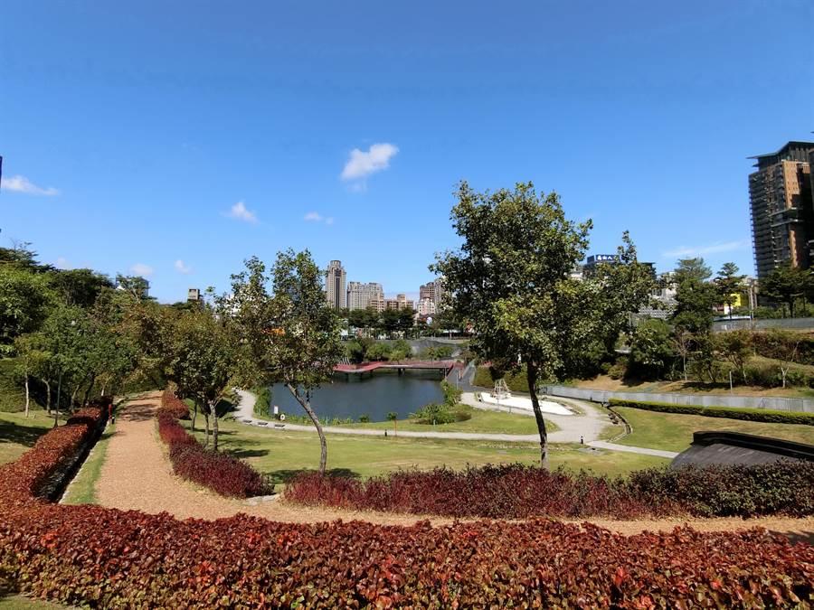 位於台灣大道、朝富路口的秋紅谷景觀生態公園是國內外知名景點,曾榮獲全球卓越建設獎肯定。(盧金足攝)