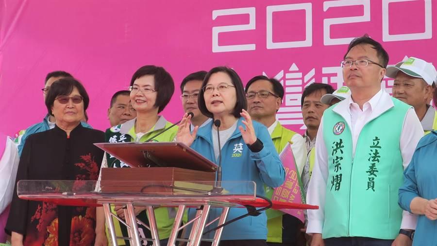 蔡英文總統(右2)10日出席與立委陳素月(左2)聯合競選總部成立大會。(謝瓊雲攝)
