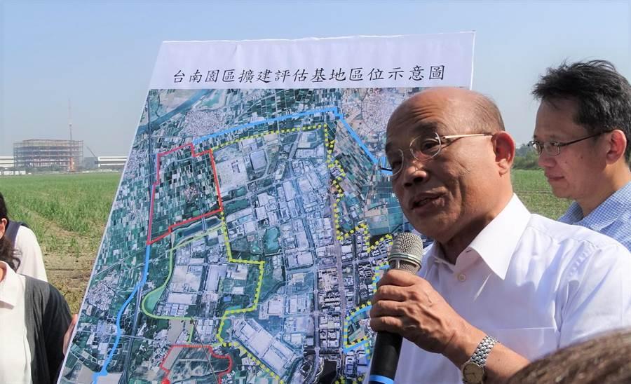 蘇貞昌10日至台南視察新市「南科三期預定地」看西農場,當場指示加大、加快、立刻進行。(劉秀芬攝)