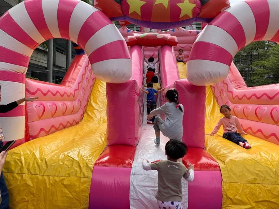 大型糖果氣墊溜滑梯很受孩子歡迎,大排長龍。(許哲瑗攝)