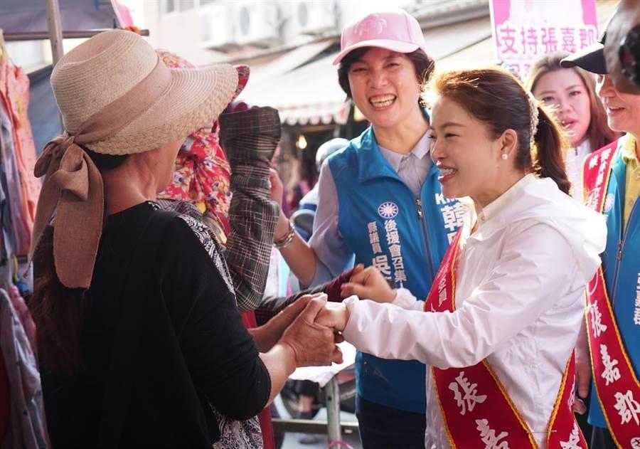 雲林海線第一選區國民黨參選人張嘉郡10日在麥寮市場拜票,旁為縣議員吳蕙蘭。(周麗蘭翻攝)