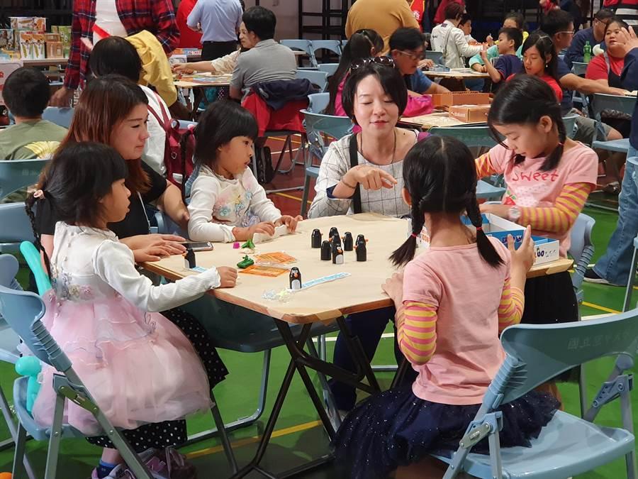 國立空中大學與台北市雙胞胎協會今天下午舉行「第一屆雙胞胎桌遊大賽」活動。(空中大學提供/林志成台北傳真)
