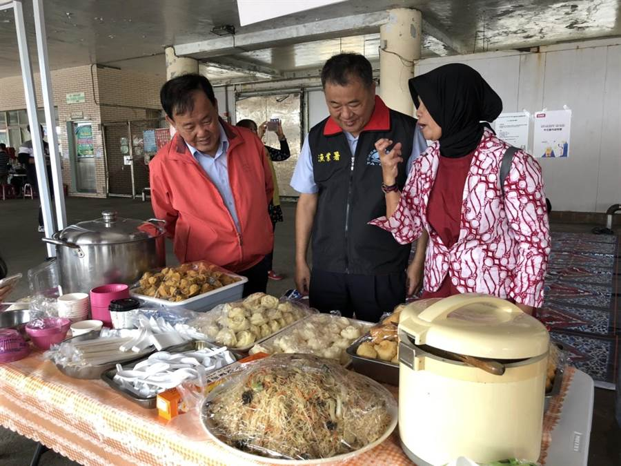 張致盛與外籍漁工一同品嚐漁工家鄉味美食。(漁業署提供)