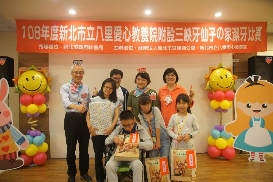 社會局長張錦麗頒發獎狀和獎品給得獎者,參賽者多為發展遲緩兒童。(許哲瑗攝)