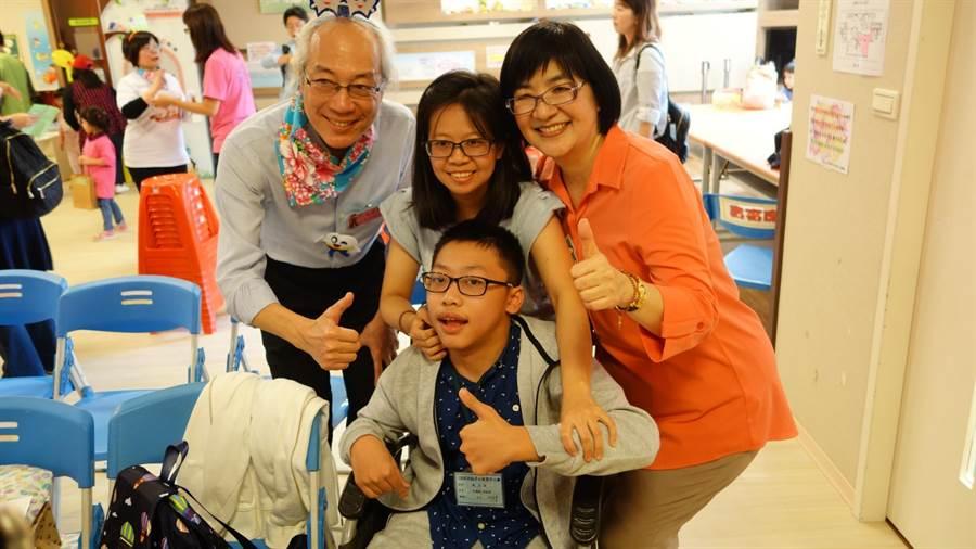 八里愛心教養院與新北市牙醫師公會10日上午在「三峽牙仙子の家」舉辦特殊兒童及社區潔牙比賽。(許哲瑗攝)