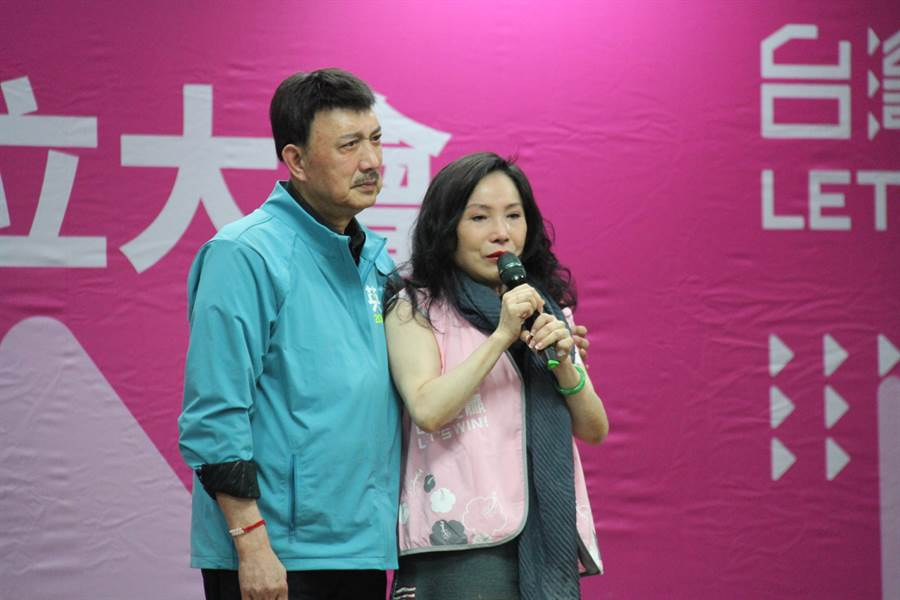 李亞萍致詞時提到女兒余苑綺產後確診直腸癌,忍不住潸然淚下,余天見狀也上台陪同。(譚宇哲攝)