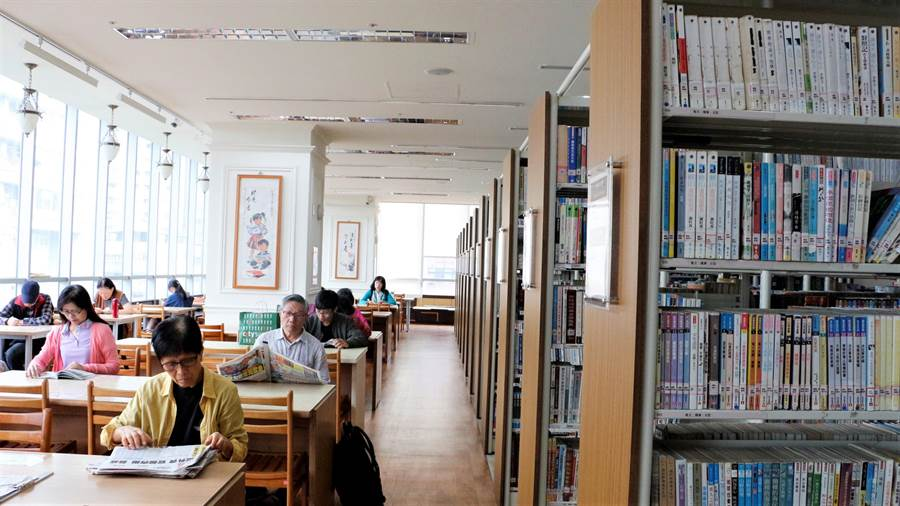 新北市立圖書館新店分館即將封館改裝,今(10日)是最後一天,仍吸引許多老讀者前來借書看報,追捕最後的回憶。(新北市立圖書館提供/葉書宏新北傳真)