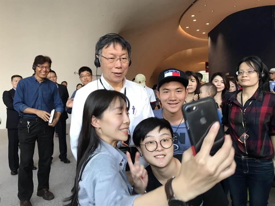 很多民眾與台北市長柯文哲自拍。(盧金足攝)