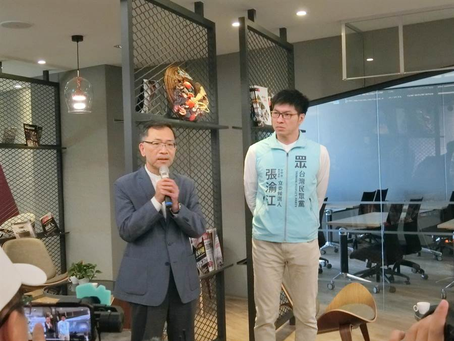 民眾黨提名第四選區立委參選人張渝江畢業於台中一中,曾任台中一中校長的台北市副市長蔡炳坤(左)特地到場加油。(盧金足攝)