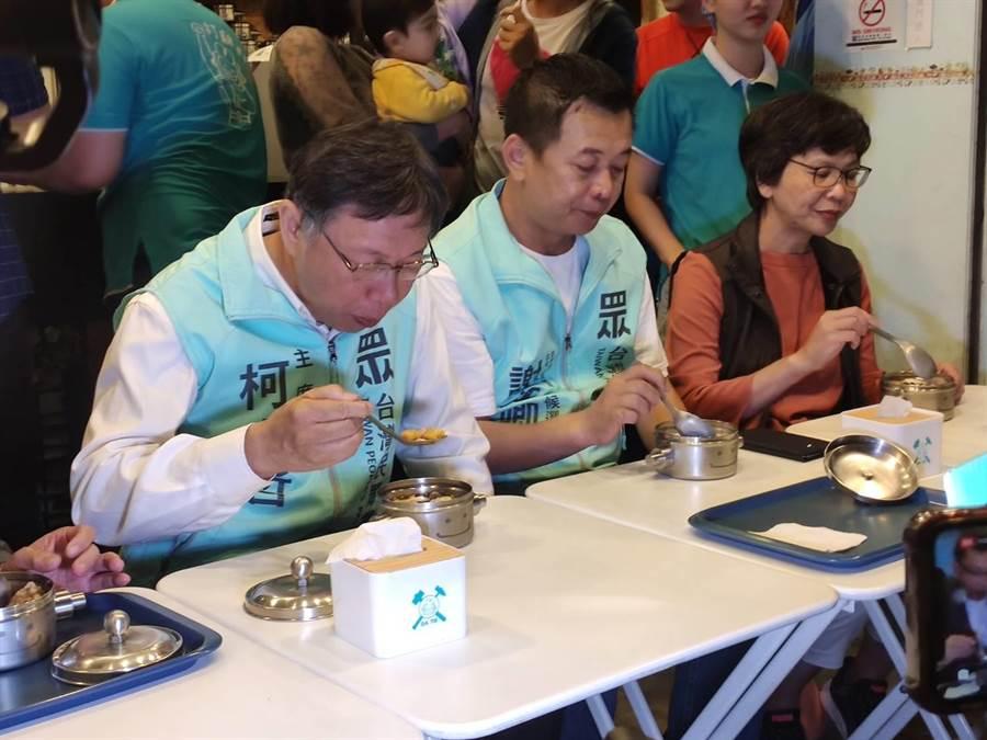 民眾黨主席、台北市長柯文哲(圖左)10日晚間,陪台中市立委第5選區參選人民眾黨參選人謝文卿(圖中)品嘗當地知名豆花。(張妍溱攝)