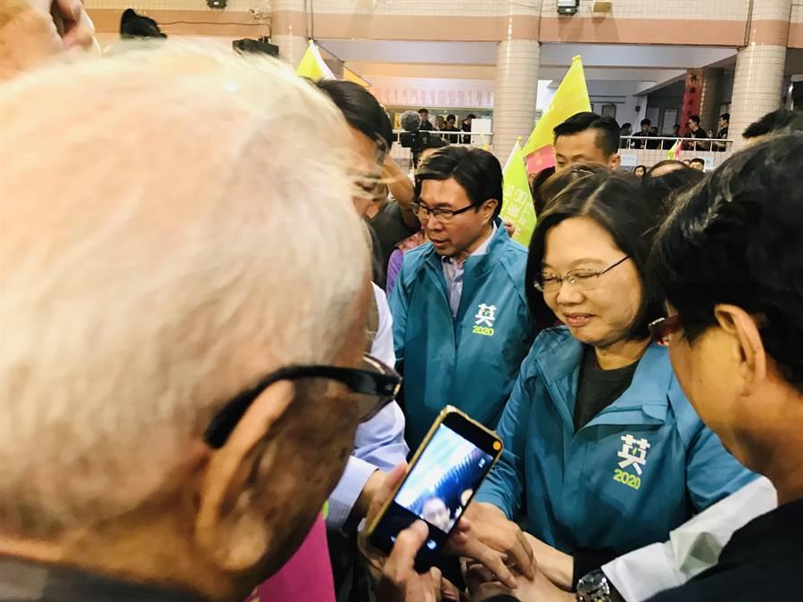 蔡英文總統10日晚間為民進黨立委參選人許淑華站台。(張穎齊攝)