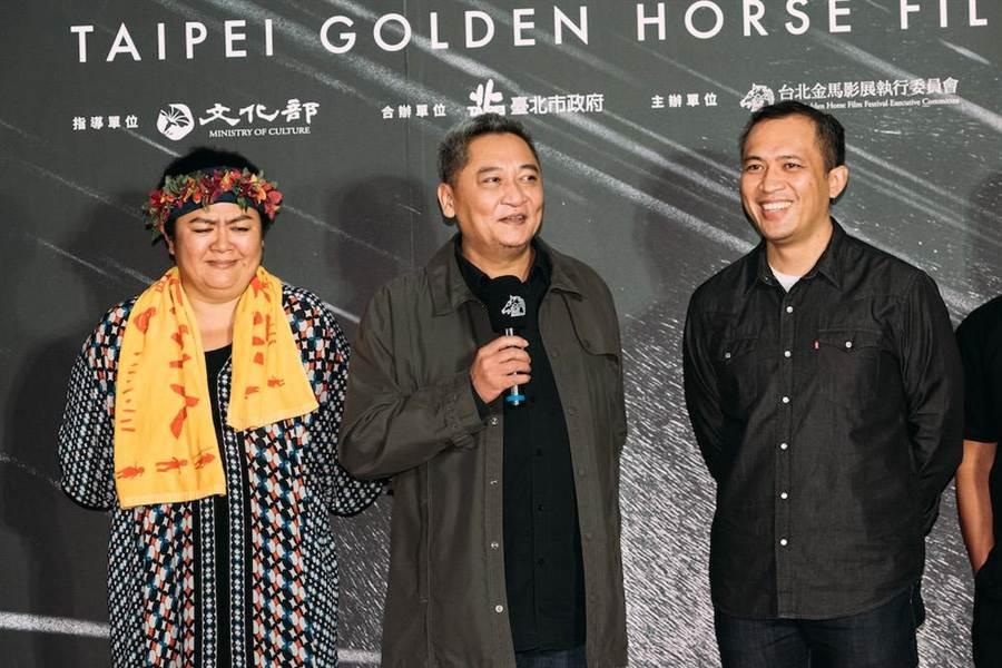 電影在金馬影展世界首映,台灣獨立音樂教父張四十三(中)與昔日戰友巴奈(左)、導演龍男.以撒克.凡亞思(右)出席。(金馬執委會提供)