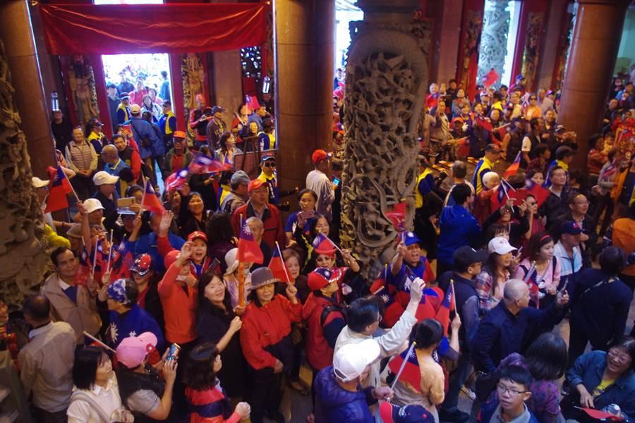 韓國瑜11月9日馬不停蹄至基隆聖安宮、慶濟宮參拜,熱情韓粉擠爆宮廟。(許家寧攝)