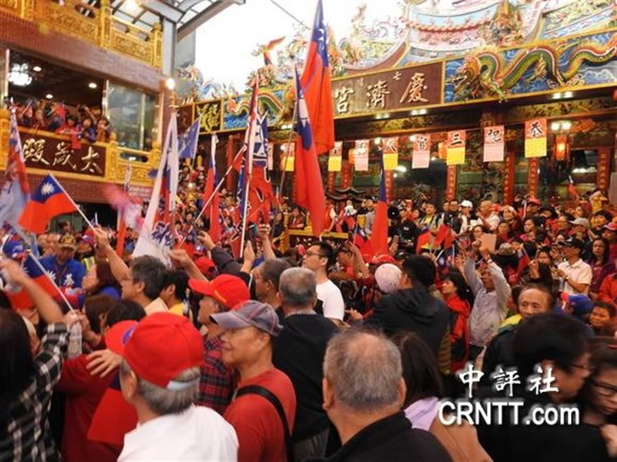 韓國瑜到暖暖區的廟宇參拜,很多都是地方居民。(圖文/中評社)