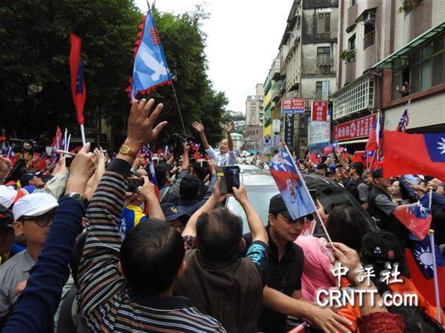 韓國瑜在基隆街道上,和民眾揮手。(圖/中評社)