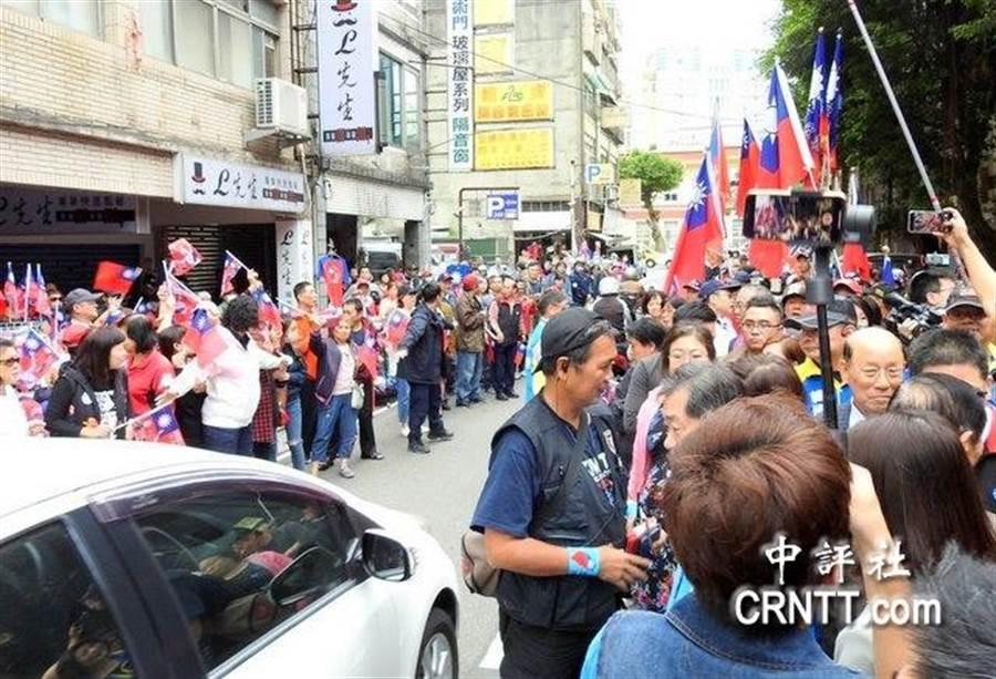 道路兩旁被支持者佔滿。(中評社)