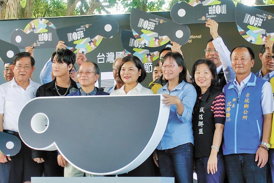 第17年舉辦的台灣國際咖啡節,行政院政務委員張景森(前排左三)受縣長張麗善(左四)之邀喝咖啡,他說第一次參加是前縣長張榮味邀他。(周麗蘭攝)