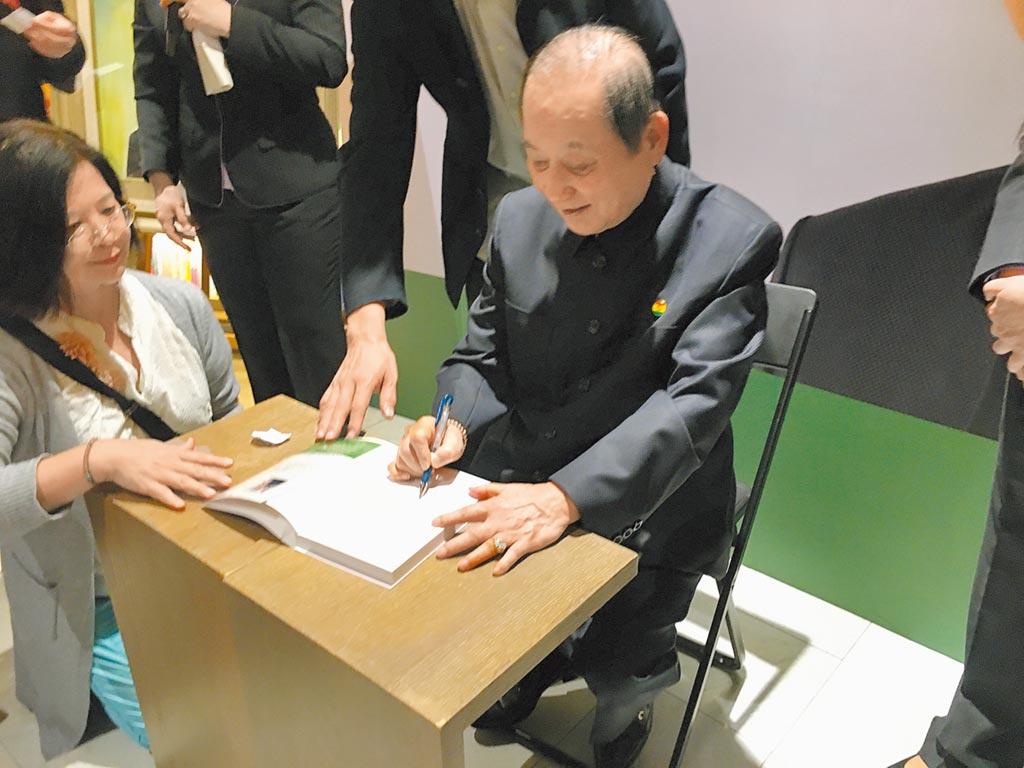 妙天禪師幫讀者簽名。(記者張語庭攝)