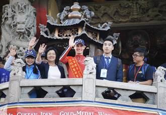 伊登原味冠軍帽早被偷 廟方補送加持新帽
