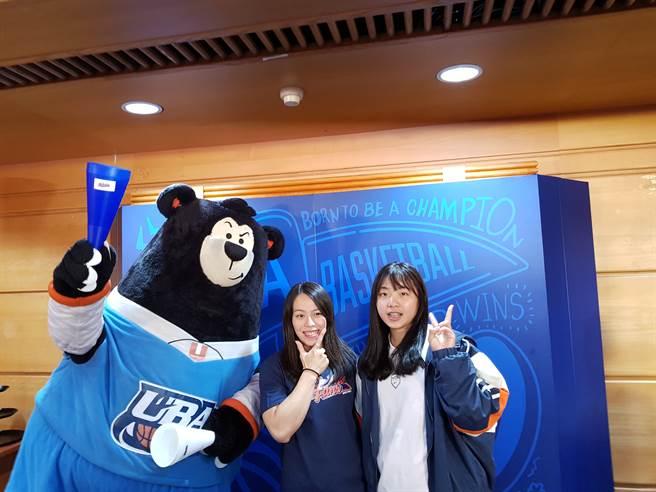 郭婞淳以UBA宣傳大使現身開賽記者會力挺,並與台灣師大大一新秀李吟娸及UBA吉祥物Duma熊合照。(陳筱琳攝)