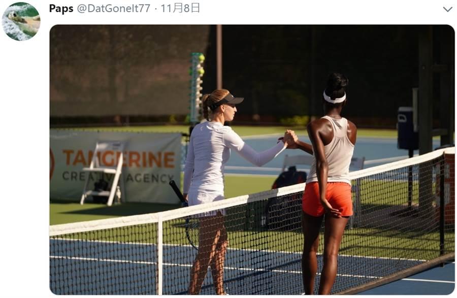女網選手瑟博芙(左)與帕克絲握手。(摘自推特)
