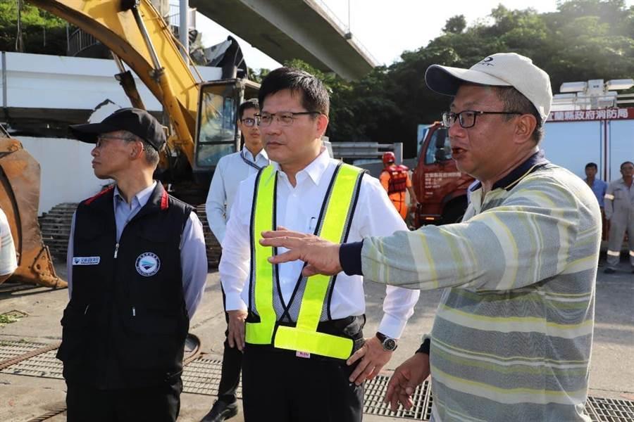 南方澳大橋斷裂後,交通部長林佳龍在現場指揮救災行動。(交通部提供)