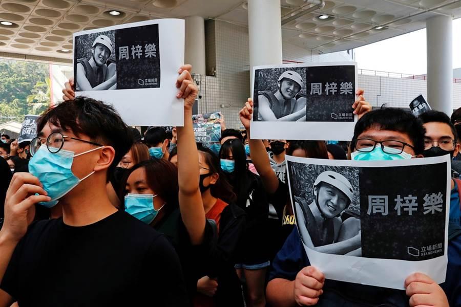 香港科技大學學生周梓樂在抗議活動中墜樓身亡,激發港人更多不滿情緒。(圖/路透社)
