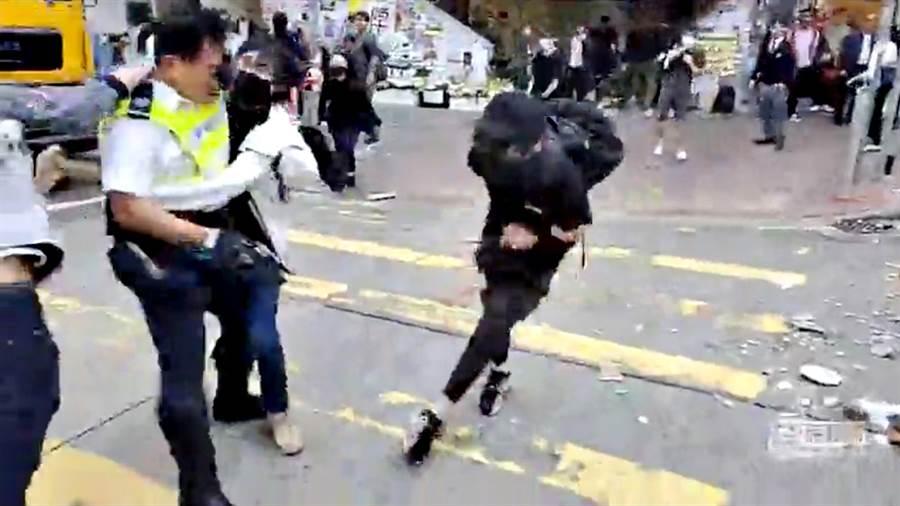 香港警察開槍射擊示威者,圖右為示威者中槍瞬間。(圖/路透)