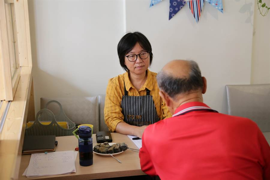「森呼吸生活館」透過另類換工,讓志工與家庭照顧者「相放伴」,亦協助家庭照顧者減輕壓力、增加社會參與,取代一時的喘息。(嘉義縣政府提供/呂妍庭嘉義傳真)