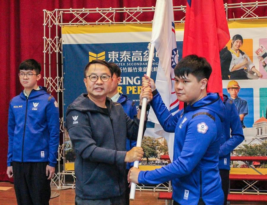 東泰高中電競隊代表台灣到烏克比賽,中華民國電子競技運動協會主任秘書余錦亮(左)授予中華奧會旗給教練陳駿迪。(羅浚濱攝)