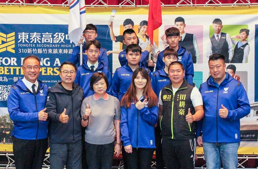 東泰高中電競隊(後兩排)代表台灣到烏克蘭比賽,校長何軒盛(左)及中華民國電子競技運動協會主任秘書 余錦亮(左二)等人希望選手們全力以赴,展現台灣電競的實力。(羅浚濱攝)