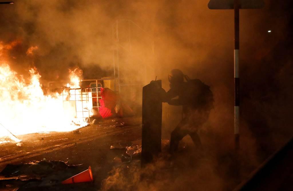 香港中文大學參與抗議的學生與警方發生嚴重衝突,校園內遭堵路縱火,大量設施被破壞,校方已宣布為安全起見,13日繼續停課。(圖/路透)
