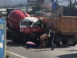 超車不當2卡車對撞 車頭全毀司機沒事