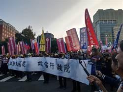 退警抗議太陽花國賠  抵行政院前與警對峙