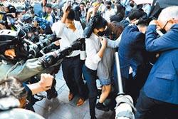 強勢清場 警重機衝人群遭停職