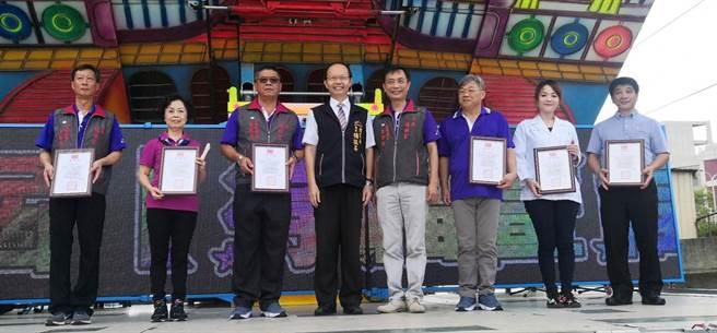 教育局長楊振昇(左四)親自頒獎給得獎者。(台中市政府教育局提供/陳世宗台中傳真)