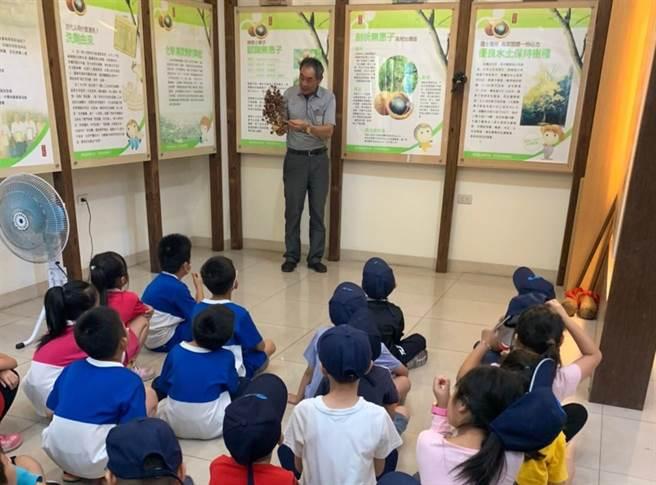 南安國小學童到古寶無患子生技公司進行戶外教學,認識在地特色無患子產業。(古寶無患子提供/劉秀芬台南傳真)