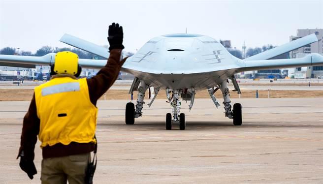 波音研發的MQ-25黃貂魚隱身無人加油機,能大幅增加F-35C的作戰半徑。(圖/美國海軍)