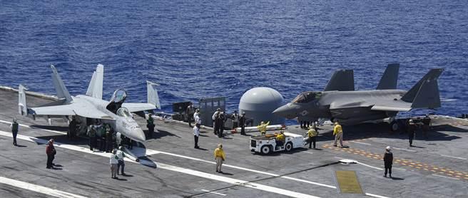 美國林肯號航母上的F-35C與F/A-18E。(圖/美國海軍)