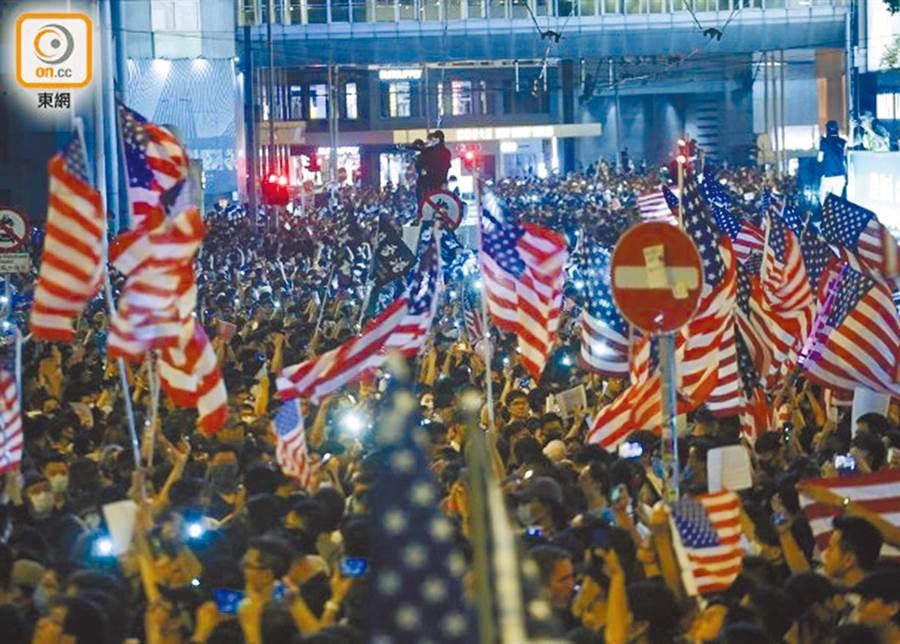 香港大批示威者揮舞美國國旗。(取自東網)
