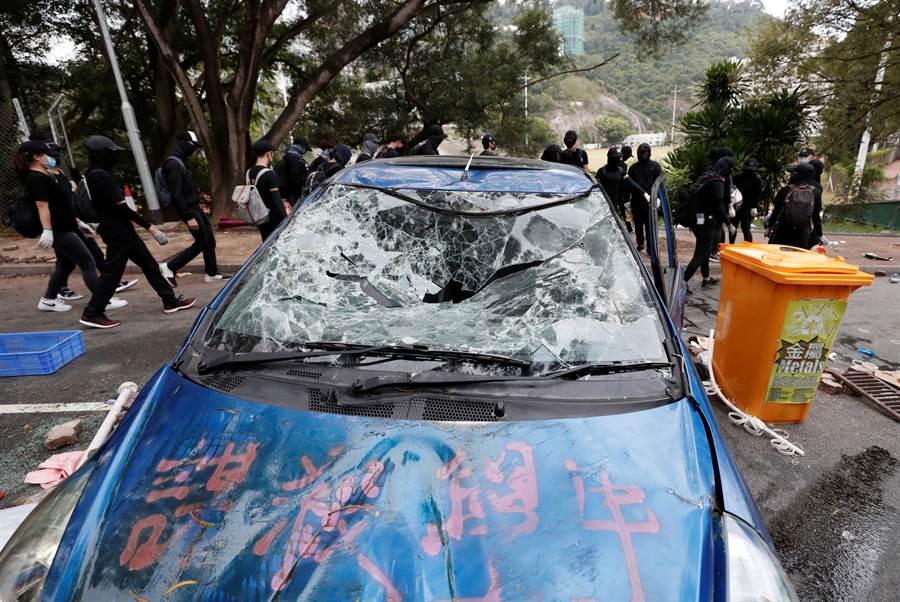 香港示威者在昨日的槍擊事件後,12日持續抗爭,學生在校園內堵路並砸毀汽車,警方已施放數枚催淚彈。圖為香港中文大學校園。(圖/路透)