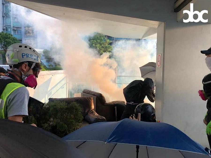 港警方一早已在城市大學對示威的學生施放催淚彈。(圖/香港城市大學城市廣播臉書)
