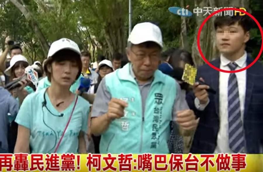被周刊拍到疑似學姊黃瀞瑩新男友的男記者,西裝筆挺、頂著韓式捲捲頭,被形容是「花美男」。(截自中天新聞畫面)