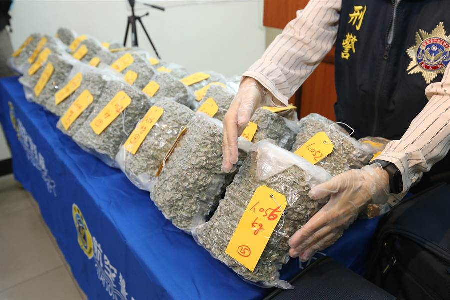1名加拿大籍男子直接將30大包市價值上億元的大麻花放在行李箱中企圖闖關,被關務署台北關關員及航警局員警當場攔截。(陳麒全攝)