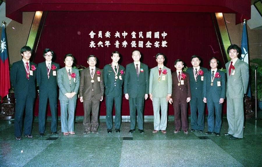 侯友宜與張善政同在民國73年獲得十大傑出青年獎。(照片來源:葉毓蘭臉書)